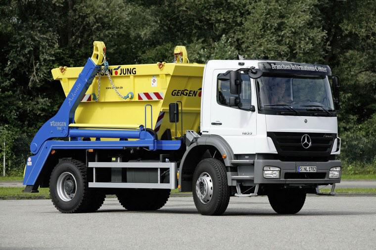Front Right 2009 Mercedes-Benz 1833 Truck Picture